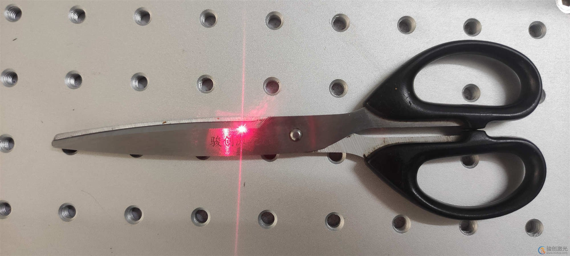 光纤激光打标机在金属材质上打黑教程